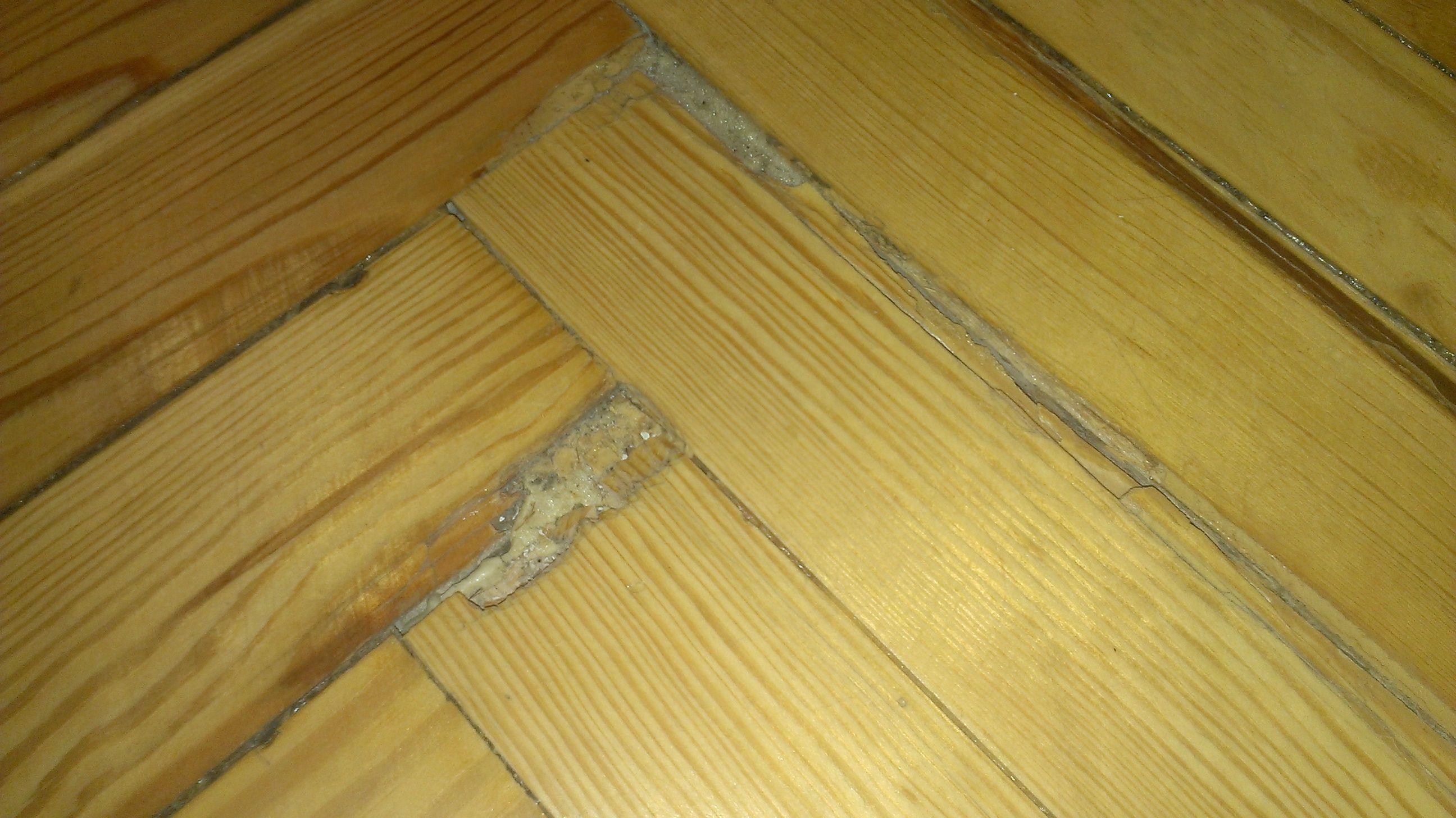 Tarima maciza pino melis viejo machihembrado roto y mal emplastecido